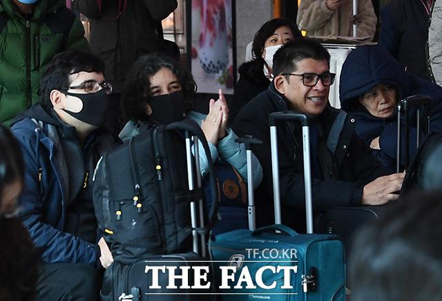 함께 박수치는 외국인 관광객들