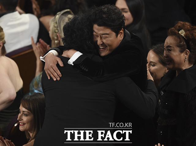 국제영화상을 받고 배우 송강호(오른쪽)와 포옹하는 봉준호 감독