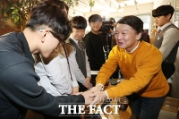 [TF포토] 18세 유권자와 만난 안철수