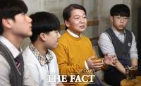 [TF포토] 안철수, '18세 유권자들과 진지한 대화'