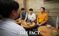 [TF포토] 고등학생 유권자 만난 안철수