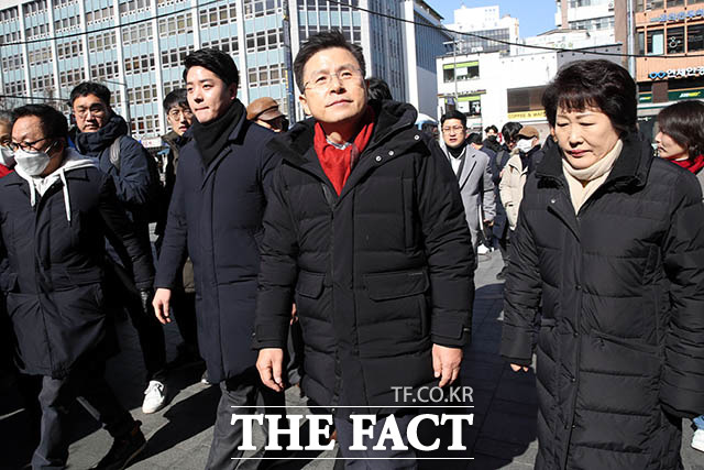 황교안 자유한국당 대표가 지난 9일 서울 종로구를 방문해 1980년 그 때 무슨 사태가 있었죠?라고 발언한 게 5·18민주화운동을 폄훼한 것이라는 비판이 나오는 가운데 한국당이 적극적인 해명에 나섰다. 황 대표가 지난 9일 종로구 관철동 젊음의 거리를 찾아 공실 상가를 살펴보는 모습. /종로=김세정 기자