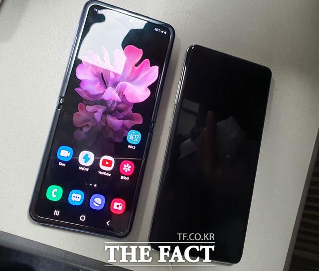 반으로 접어 휴대가 간편한 갤럭시Z 플립(왼쪽)은 펼치면 6.7인치 대화면을 자랑했다. 사진 오른쪽 제품은 지난해 출시된 갤럭시S10 5G. /중구=이성락 기자