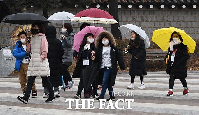 정부가 신종 코로나바이러스감염증의 공식 한글 명칭을 코로나19로 지정한 12일 오후 서울 종로구 청와대를 방문한 어린이들이 마스크를 쓰고 이동하고 있다. /이동률 기자