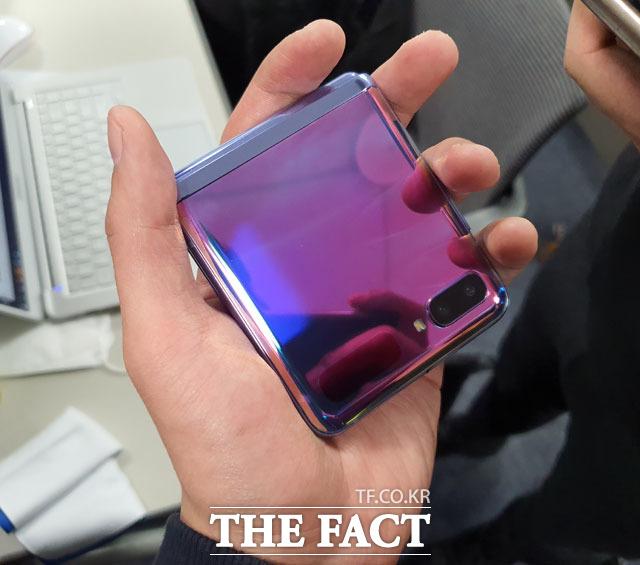 12일 서울 중구 삼성전자 기자실에서 사용해본 갤럭시Z 플립은 콤팩트한 디자인이 강점이었다. /중구=이성락 기자