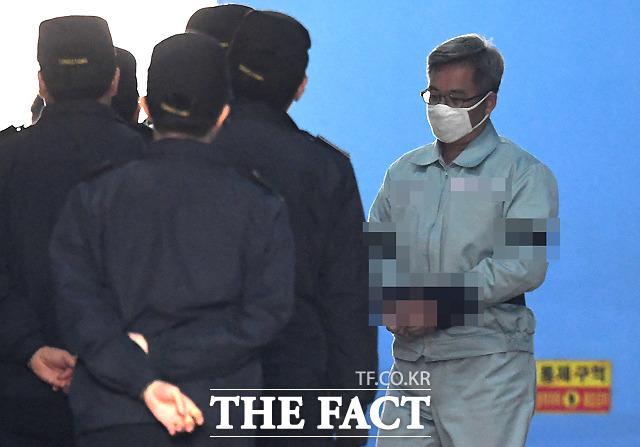 대법원이 댓글 조작 혐의 등으로 기소된 드루킹 김동원 씨에 대한 상고심에서 실형을 확정했다. 사진은 2019년 1월 30일 서울중앙지법에서 열린 1심 선고 공판에서 징역 3년 6개월을 선고 받은 뒤 호송차에 오르는 김 씨 모습. /이새롬 기자