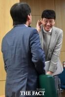 [TF포토] 김웅, '안철수와 쑥스러운 만남'