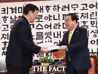 [TF포토] 위로의 편지 전달하는 문희상 국회의장