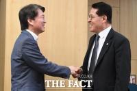 [TF포토] 안철수-정운천, '화기애애'