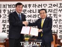 [TF사진관] 시진핑에게 보내는 위로의 편지 전달하는 문희상 국회의장