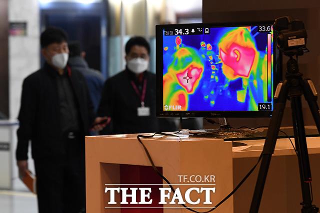 코로나19 확산 여파로 언택트 소비가 확산하면서 유통업계가 배달 서비스 확대에 열을 올리고 있다. 사진은 13일 열 화상 카메라가 설치된 서울 코엑스 모습. /남용희 기자
