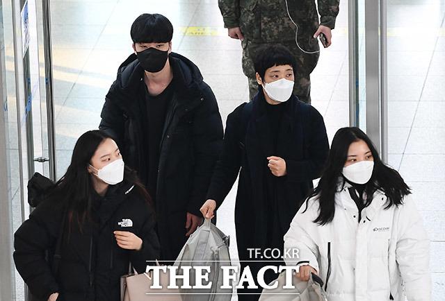코로나19 감염 우려에 커졌던 국민의 불안감이 다소 줄어들었다는 여론조사결과가 나왔다. 지난 10일 서울 용산구 서울역에서 마스크를 쓴 시민들 모습. /이동률 기자