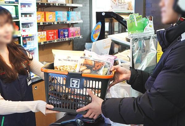 던킨은 배달 가능 품목을 전년 대비 3배 늘리고 홈플러스는 무료배송 기준을 낮췄다. 편의점 세븐일레븐은 요기요와 손을 잡고 먹거리 배달 서비스를 시작했다. /코리아세븐 제공