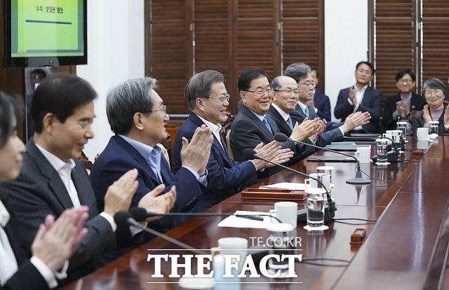 지난 10일 문재인 대통령이 청와대에서 열린 수석 보좌관회의에 전 아카데미상 4관왕에 오른 영화 기생충에 박수를 보내는 모습. /청와대 제공
