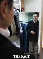[TF포토] 옷입은 모습 감상하는 황교안 대표
