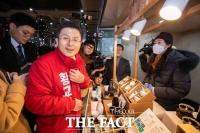 [TF사진관] '청년 사업가들 만난 황교안 대표'