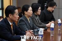 [TF포토] '국민당 사용 불허' 선관위 찾은 의원들