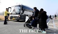 [TF포토] 버스에 오르는 진천 우한 교민들