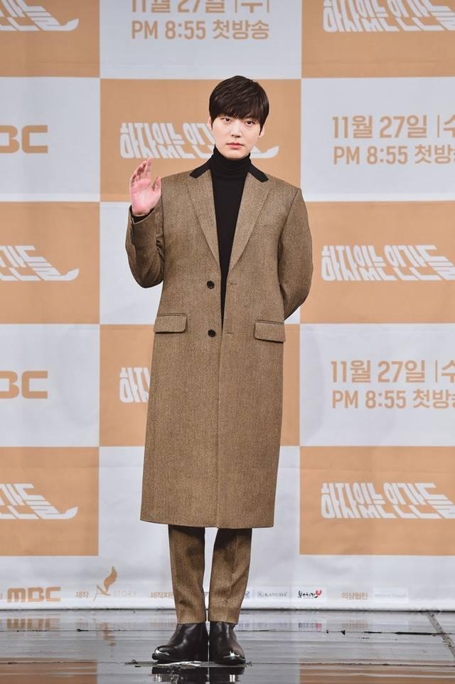 배우 안재현이 자신의 SNS에 날 잊어주세요라는 짧은 글을 남겼다가 지워 궁금증과 우려를 자아내고 있다. /더팩트 DB