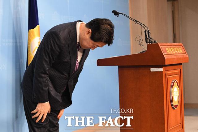 정론관 찾아 인사하는 유기준 자유한국당 의원