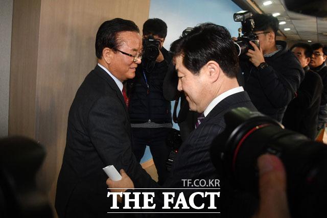 유기준 의원에 이어 불출마 선언을 위해 정론관 찾은 정갑윤 의원(왼쪽)