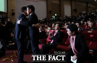 [TF포토] 포옹 나누는 황교안-유의동