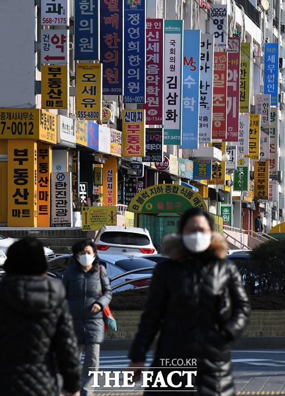 18일 오전 10시 기준 신종 코로나 바이러스(코로나19) 국내 31번째 환자가 발생했다. 사진은 서울 시민들이 마스크를 낀 채 길을 걸어가고 있는 모습. /임세준 기자