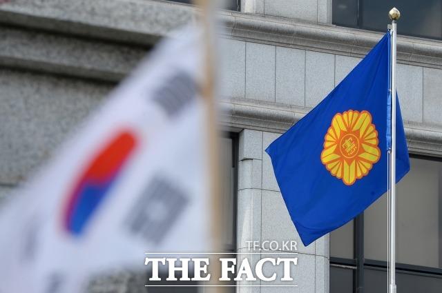 박근혜 전 대통령의 탄핵 심판 선고일을 하루 앞뒀던 지난 2017년 3월9일 오전 서울 종로구 헌법재판소 앞에 깃발이 펄럭이고 있다. /더팩트DB