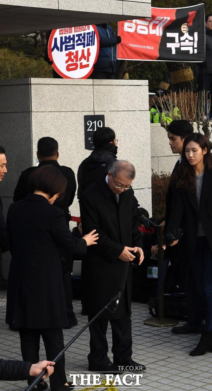 양승태 전 대법원장이 지난해 2월11일 검찰 출석을 앞두고 서울 서초구 대법원 정문 앞에서 포토라인을 바라보고 있다. /더팩트DB