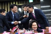 [TF포토] 장제원-오신환, '반가운 만남'