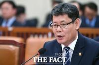 [TF포토] 북 '개별관광' 관련 답변하는 김연철