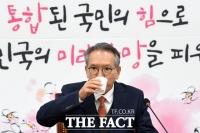 [TF포토] 갈증나는 김형오 공관위원장