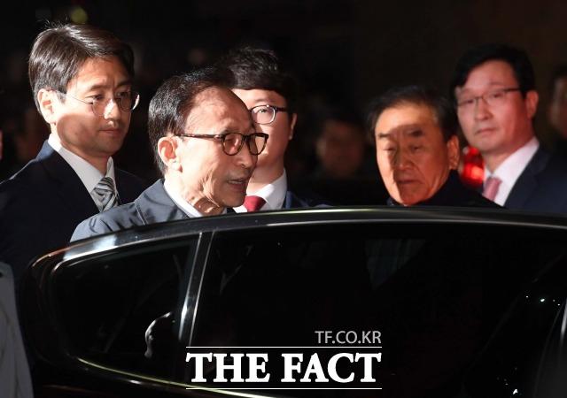 이명박 전 대통령이 뇌물수수 혐의로 구속영장이 발부됐던 지난 2018년 3월22일 서울 논현동 자택에서 서울동부구치소로 향하고 있다. /더팩트DB
