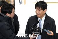 [TF포토] 법원 출석한 이재웅 대표, '말 없이 미소만'