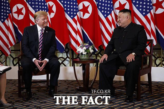 북미 관계가 예전 같지 않은 분위기다. 도널드 트럼프 미국 대통령은 오는 11월 대통령 선거에 집중, 북미 관계를 언급하지 않고 있다. 지난해 2월 하노이 메트로폴 호텔에서 만나 대화를 나누던 트럼프 대통령과 김정은 북한 국무위원장. /AP/뉴시스