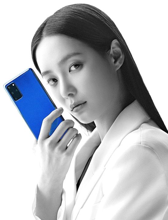 SK텔레콤 갤럭시S20 광고 모델인 홍수주가 아우라 블루를 소개하고 있다. /SK텔레콤 제공