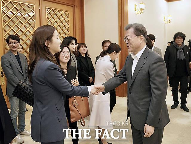 문 대통령과 악수하는 배우 박소담