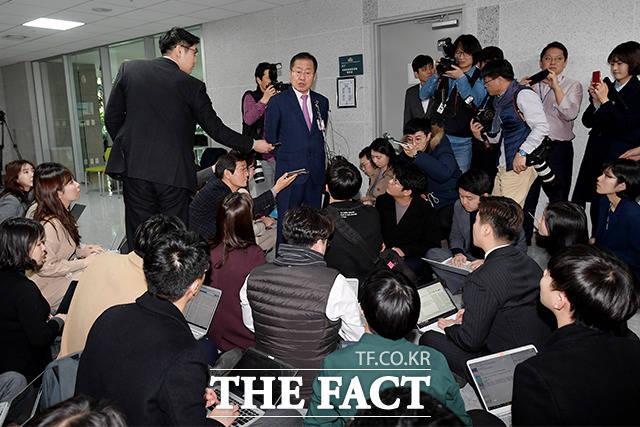 면접 후 취재진의 질문 받는 홍 전 대표
