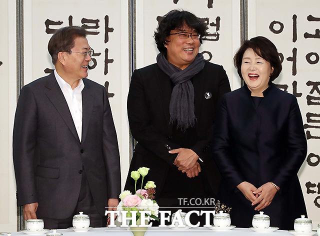 봉 감독 만나 사전 환담 나누는 문재인 대통령과 김정숙 여사