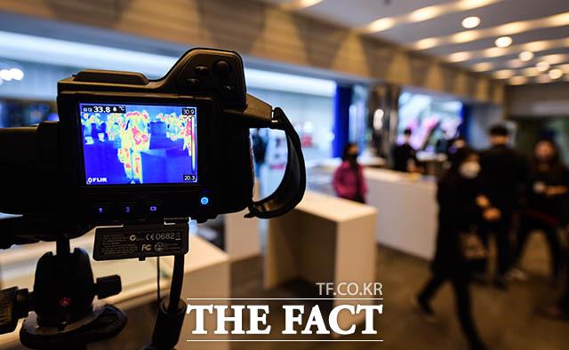 2020 화랑미술제가 20일 오전 서울 강남구 삼성동 코엑스 전시홀에서 열린 가운데 전시장 입구에 코로나19 확산 방지를 위한 열화상 카메라가 설치돼 있다. /김세정 기자