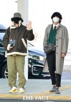 [TF포토] 제이홉-뷔, '멋쟁이들의 공항패션'