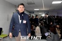 [TF포토] 인터뷰하는 홍준표, 입장하는 김태호