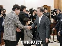 [TF포토] 배우 송강호와 악수하는 문재인 대통령