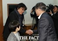 [TF포토] 봉준호 감독과 악수하는 문재인 대통령