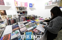 [TF포토] 미술 서적 살펴보는 관람객들