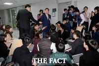 [TF포토] 취재진의 질문에 답하는 홍준표