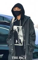 [TF포토] RM, '공항 밝히는 눈웃음~'