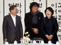 [TF포토] 환한 웃음 짓는 문재인 대통령 내외와 봉준호 감독