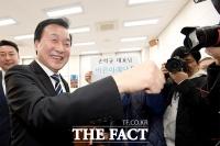 [TF사진관] '합당 후 사퇴'…마지막 주먹 인사하며 떠나는 손학규
