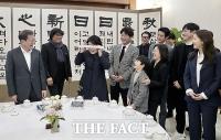 [TF포토] 영화 기생충 눈가리개 쓴 김정숙 여사